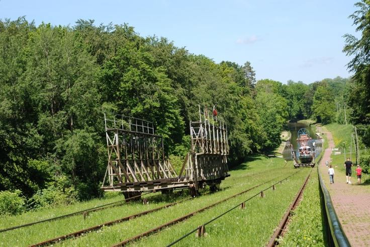 Pochylnia Buczyniec. Transport statku na górną stacje. Pusta platforma zjeżdża w dół.