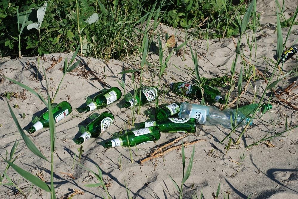 Butelki po piwie na plaży