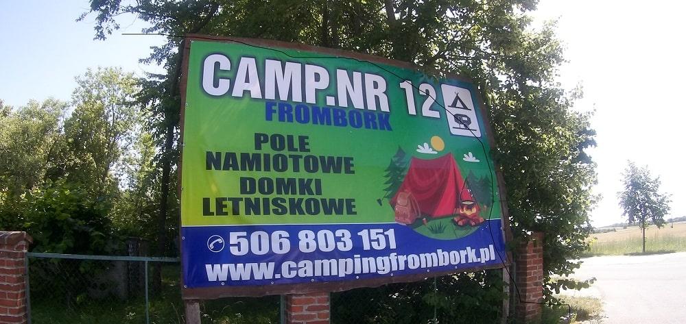 Tablica informacyjna na wjeździe na camping. CAMP.NR 12 FROMBORK POLE NAMIOTOWE DOMKI LETNISKOWE 506803151 www.campingfrombork.pl