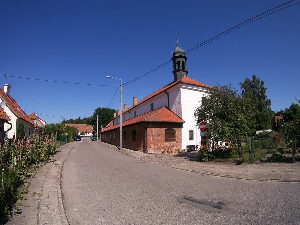Ulica Stara. Po prawe budynek muzeum medycyny Frombork. dawniej szpital św. Ducha.