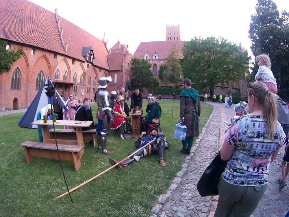 rycerstwo średniowiecza na dziedzińcu