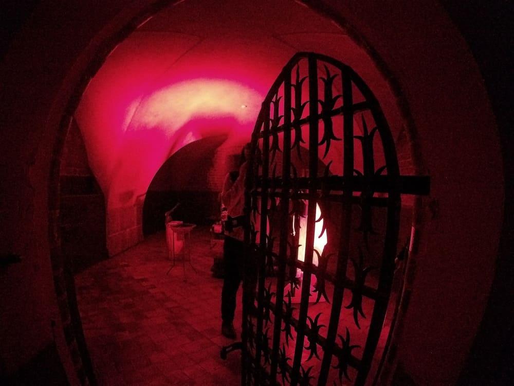 Uchylona brama do celi Witolda księcia litewskiego, który nigdy w niej nie gościł.