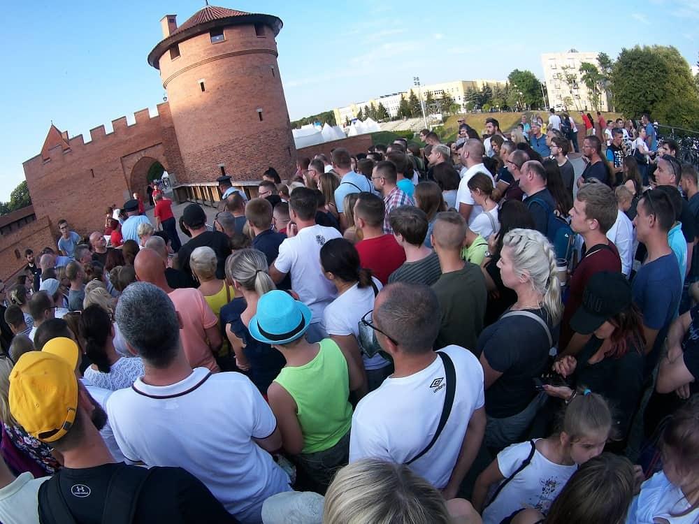Tłum oczekujący na wejście,na rozpoczęcie rycerskiej przygody. Ludzie pod bramą nową.