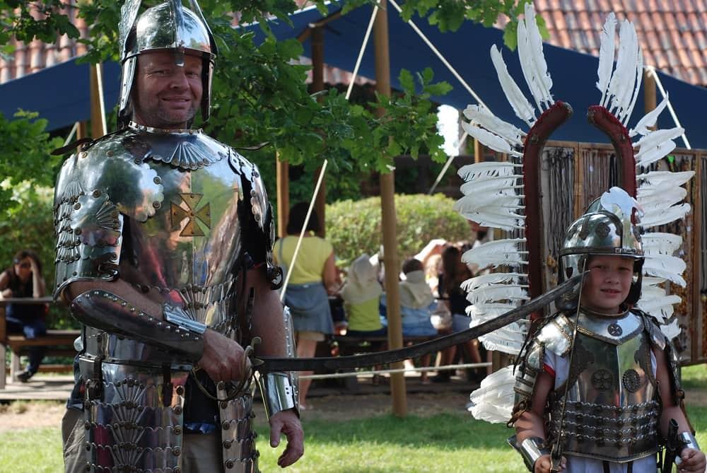 Ojciec i syn w zbrojach i z szablami.widać amatorzy, metal na gołą skórę zakładają