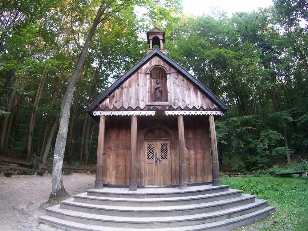 Drewniana kapliczka na szlaku na Łysicę