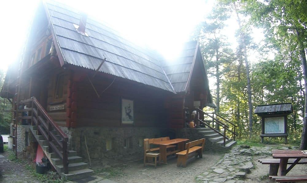 Budynek drewniany kryty gontem. Kamienna podmurówka, dwie pary schodów jedne od frontu drugie z boku. Przed schroniskiem drewniana ława.