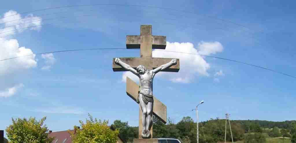 Krzyż prawosławny na tle nieba.