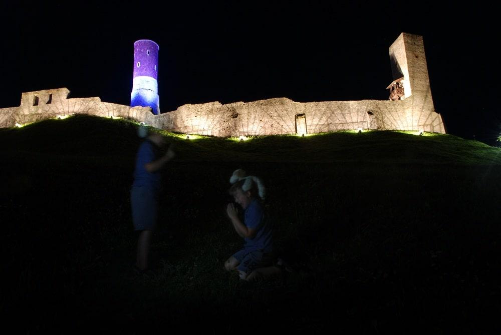 Zamek w Chęcinach w iluminacji nocnej