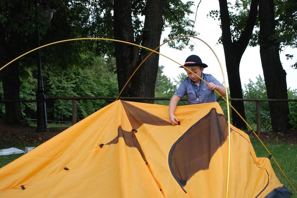 Jasiu w kapeluszu buduje schronienie (namiot) na kolejne noce.