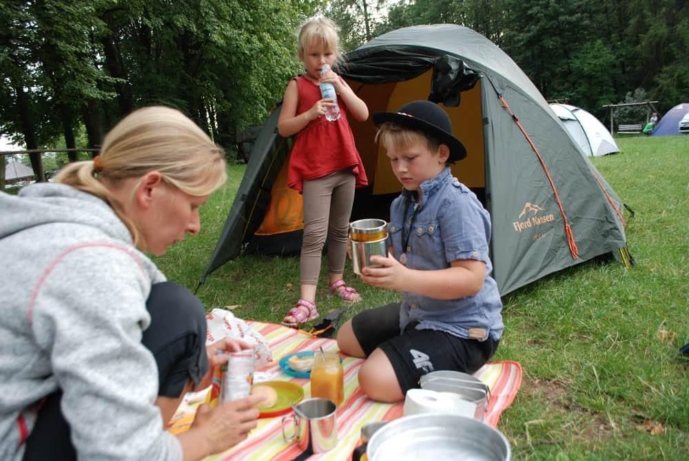 Posiłek przed namiotem.