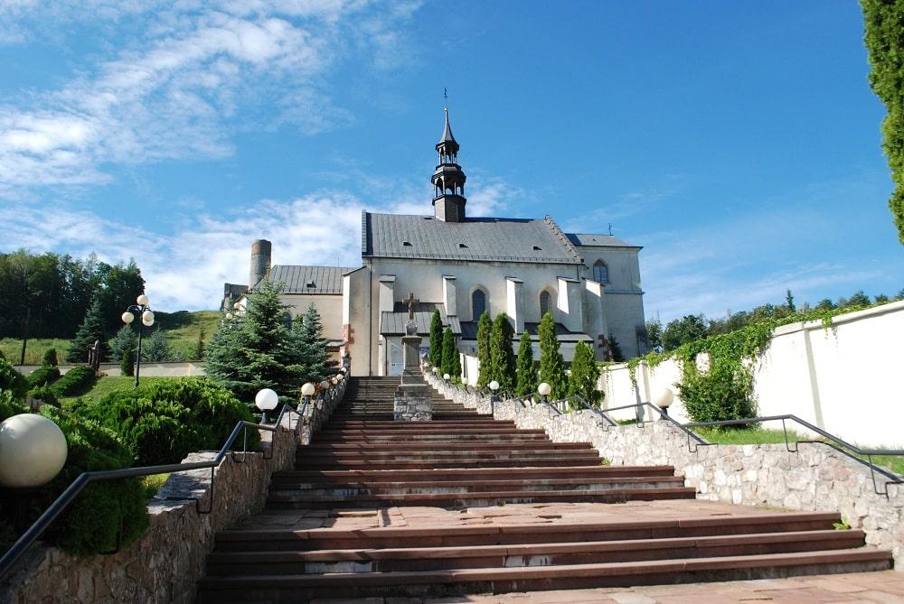 Schody prowadzące do kościoła św. Bartłomieja widocznego u ich szczytu. W połowie schodów krzyż kamienny fundowany przez księdza Czerwińskiego