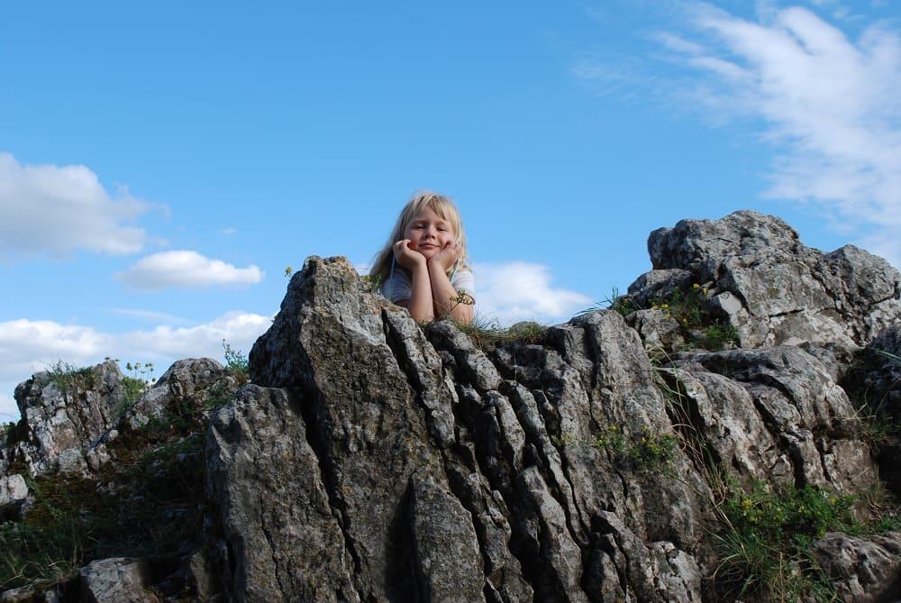 Skalny szczyt góry zamkowej 360 m.n.p.m. Zuzanna leży na skałce