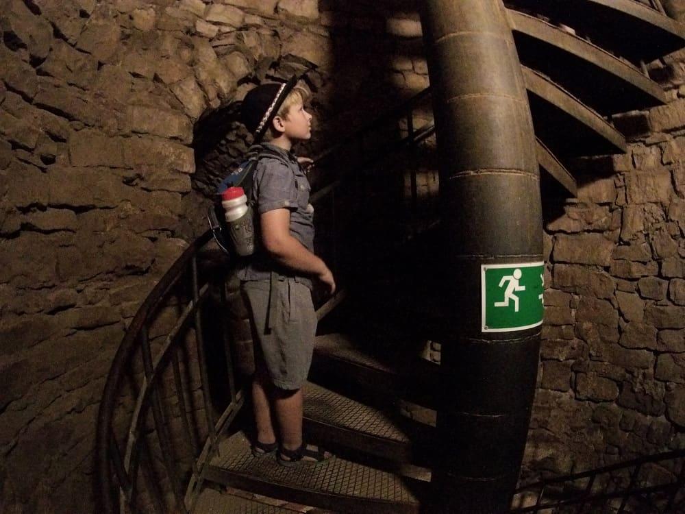 Schody na wieżę widokową w jej wnętrzu.